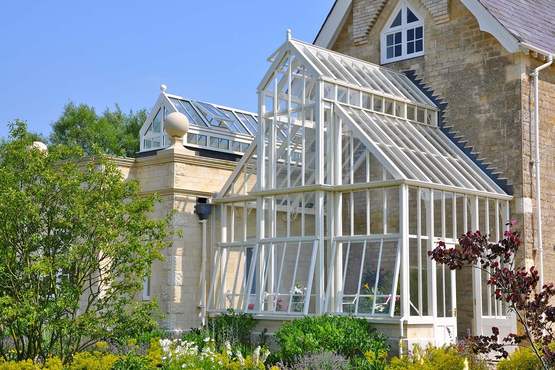 """Et """"full-span""""drivhus med 45 grader tak. Endevegg og tekninsk rom med overbygg"""